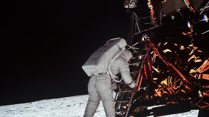 Charles M. Duke à proximité de Rover, le véhicule lunaire