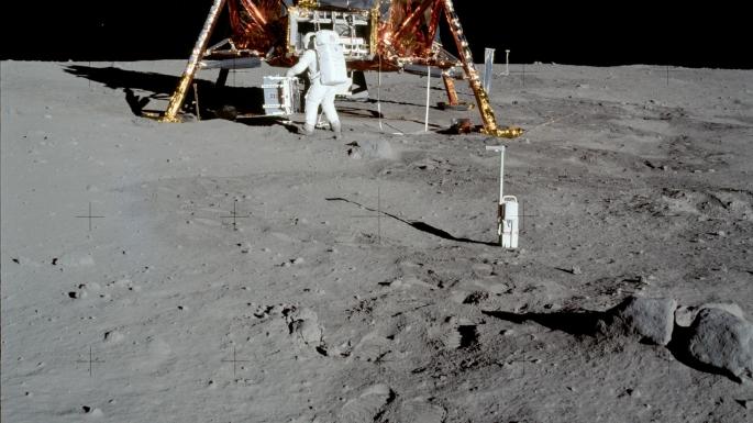 L'astronaute Buzz Aldrin descendant les marches du module lunaire_1
