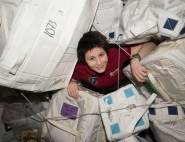 Samantha Cristoforetti dans l'espace stockage de l'ISS