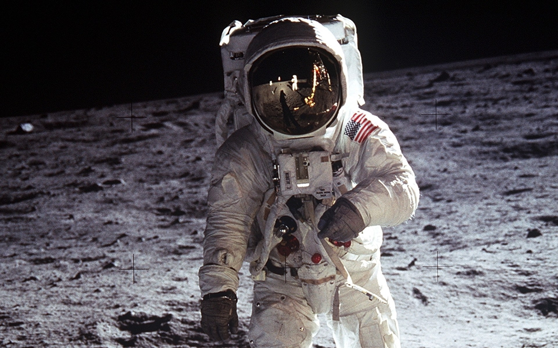 """L'astronaute Buzz Aldrin se prépare à déployer le """"mini laboratoire"""" EASEP sur la Lune"""