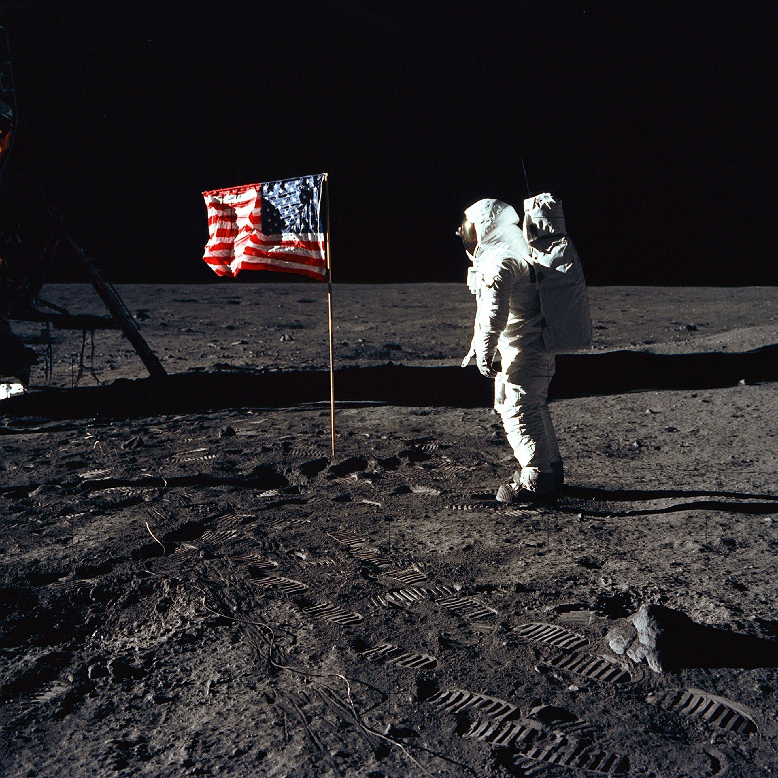 Buzz Aldrin est alors à 10 mètres au nord du module lunaire