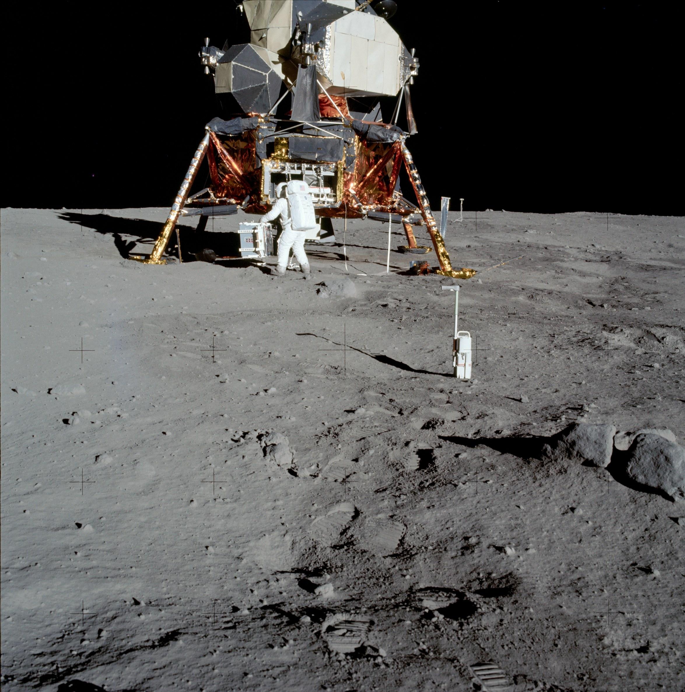 L'astronaute Buzz Aldrin descendant les marches du module lunaire.