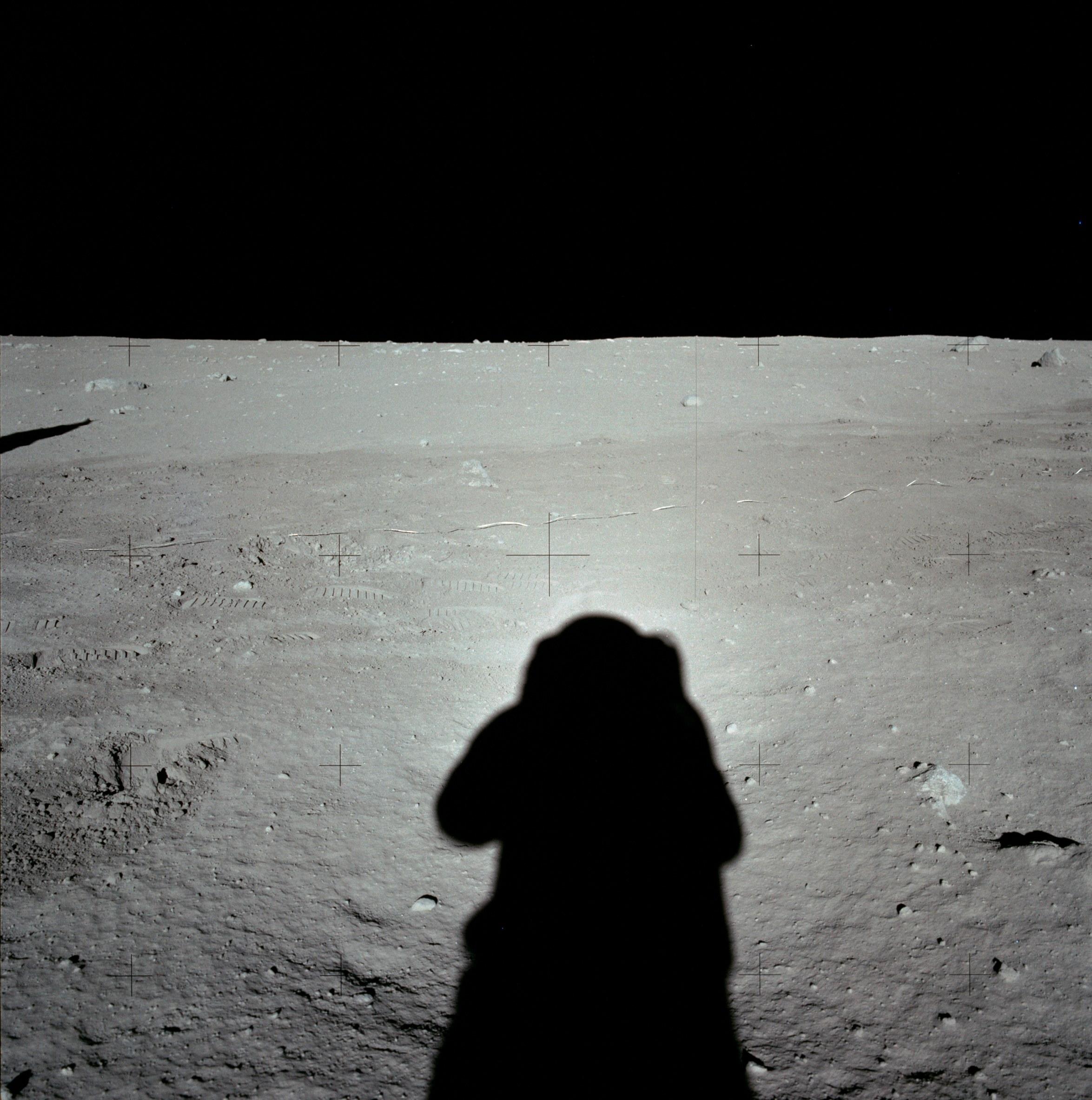 Edgar D. Mitchell photographie Alan B. Shepard Jr. et le module lunaire Apollo 14