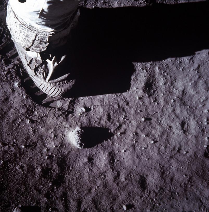 Vue de l'empreinte laissée par un astronaute à la surface de la Lune, lors d'une sortie extravéhiculaire de Apollo 11