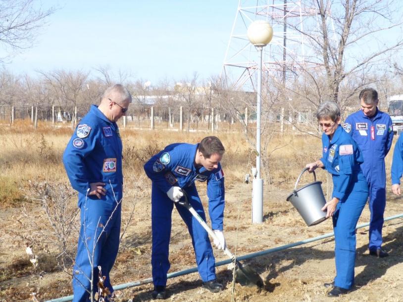 Thomas Pesquet plante un arbre sur l'allée des Cosmonautes