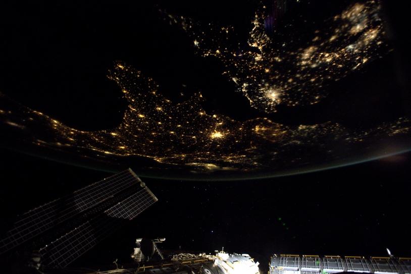 Vue de la Terre plongée dans la nuit prise depuis l'ISS