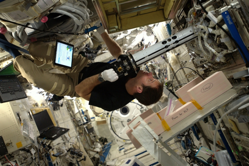 Thomas Pesquet travaille en micropesanteur dans l'ISS