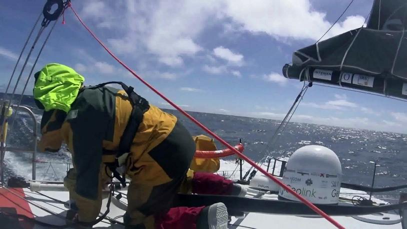 Didac Costa largue une bouée ECHO lors du Vendée Globe 2016