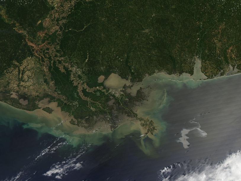 Image de la marée noire dans le Golfe du Mexique prise par le satellite Aqua le 25 avril 2010. La nappe de pétrole attaque les côtes de la Louisiane © Jeff Schmaltz, MODIS Land Rapid Response Team, NASA GSF