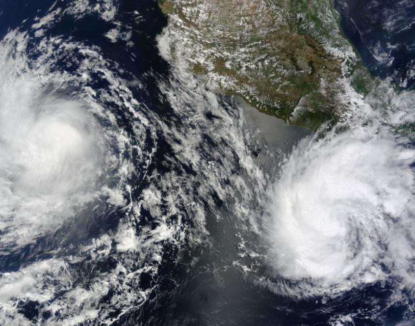 Image satellite capturée par le spectroradiomètre MODIS le 19 juin 2010. Elle montre les orages tropicaux Blas et Celia à proximité des côtes sud américaine. Ce type de cliché permet de suivre l'évolution des orages tropicaux (position, forc...