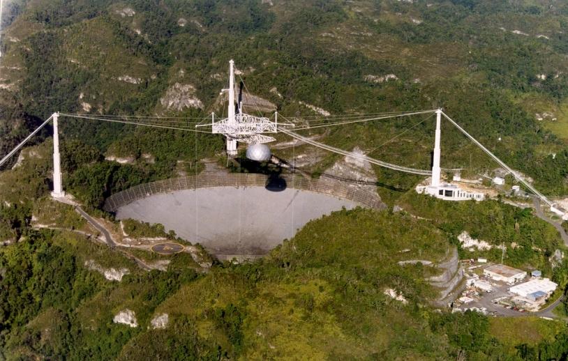 Vue aérienne de l'observatoire d'Arecibo, situé sur l'île de Porto Rico (mer des Caraïbes). C'est le plus grand télescope simple jamais construit © NAIC/Arecibo Observatory/NSF