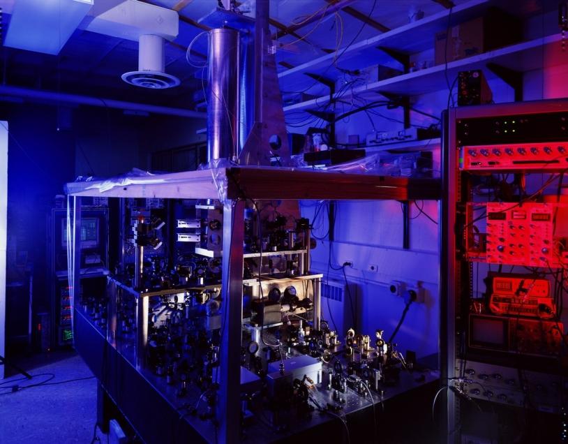 NIST-F1 est une horloge atomique à fontaine d'atomes de césium, située aux États-Unis. Elle fait partie du groupe des horloges définissant le temps universel (UTC). Son incertitude est très faible : 5.10-16 (en 2005) © NIST