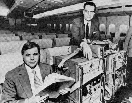 Joseph Hafele et Richard Keating testant une horloge lors d'un vol © DR, photo publiée dans Time magazine en octobre 1971