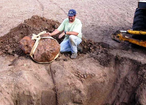 Steve Arnold est chasseur de météorites ! Oui, c'est son métier. En 2005, il a localisé et sorti de terre cette masse métallique de 640 Kg, un des morceaux de la météorite BRENHAM © DR