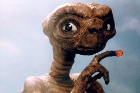 L'équipage d'un vaisseau extraterrestre est obligé d'abandonner un de ses botanistes sur Terre. E.T. devient un objet d'étude et de pouvoir, que chacun cherche à s'approprier