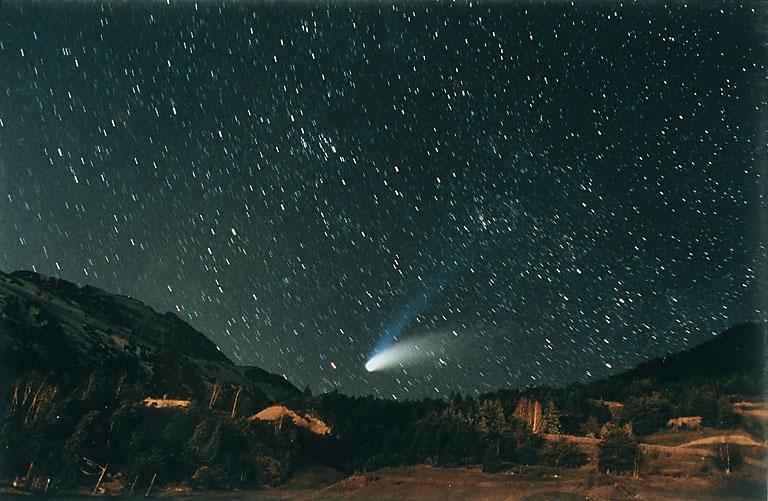 En retombant dans l'atmosphère terrestre, le satellite de la mission PICARD va se consumer telle une étoile filante (ici, la comète Hale Bopp, en 1997). Mais cela ne devrait pas se produire avant 2060… © CNRS Photothèque/Jean Mouette