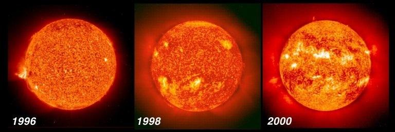 Au démarrage d'un nouveau cycle solaire, le Soleil se couvre peu à peu de taches : des zones sombres et froides autour desquelles notre astre brille beaucoup plus que la moyenne © NASA