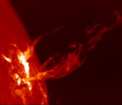 Qui dit Soleil actif dit aussi éruptions solaires. Prenant naissance entre les taches, elles envoient des giclées de rayons X, d'UV, de particules et d'ondes radio dans l'espace © NASA