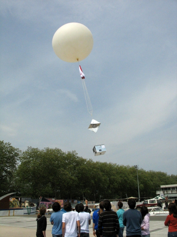 Préparation du lâcher de ballon ©Planète Sciences
