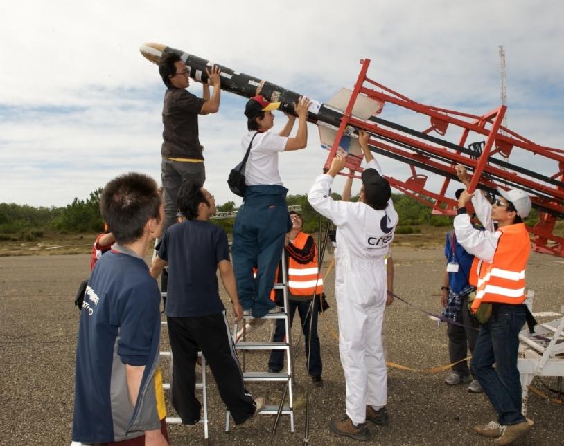 Une fusée expérimentale sur sa rampe de lancement © CNES/S. Girard