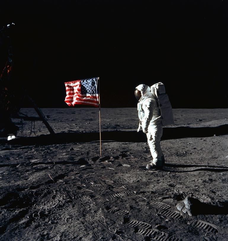 Le 20 juillet 1969, l'astronaute Edwin E. Aldrin Jr plante un drapeau sur la Lune. Il montre ainsi que les américains sont les premiers à avoir foulé le sol lunaire. Pour autant, ils ne possèdent pas plus de droits que les autres pays sur cet ast...