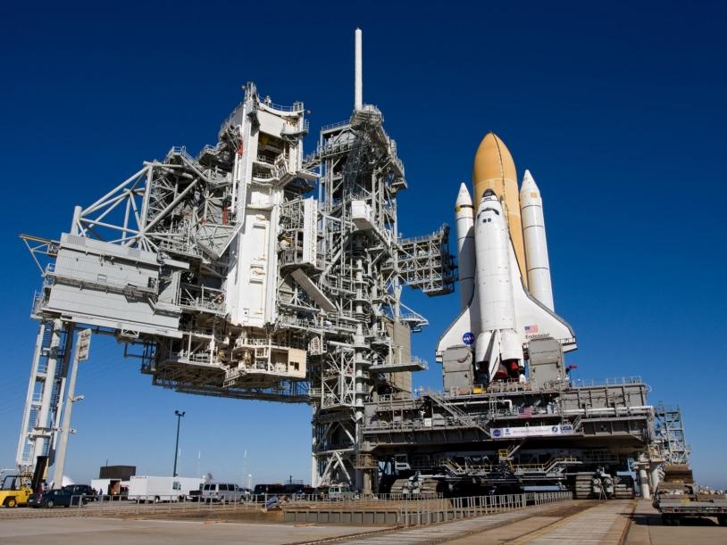 La navette américaine Endeavour décolle comme un lanceur, se pilote comme un vaisseau spatial et atterrit comme un planeur © NASA