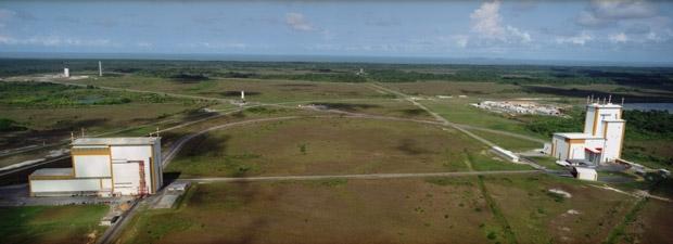 Du BIL, à gauche, au BAF, Ariane est transportée sur la voie ferrée qui relie les 2 bâtiments. A sa sortie du BAF, Ariane rejoint la zone de lancement, toujours par voie ferrée.
