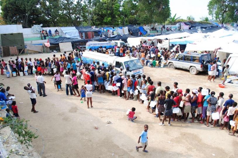 Après le tremblement de terre du 12 janvier 2010, distribution d'eau potable à la population haïtienne © J.J. AUGUSTIN/SIPA