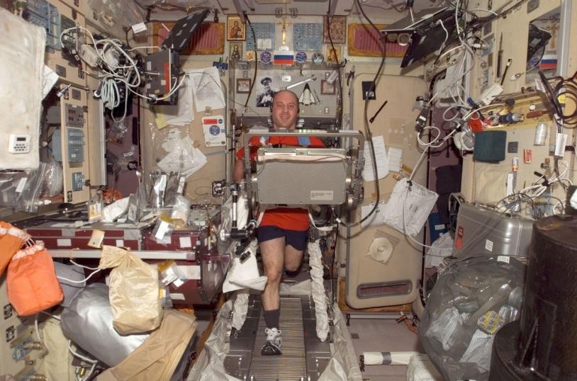 Au programme, 2 heures d'exercices physiques par jour ! Les mauvais élèves devront redoubler d'efforts une fois sur Terre s'ils ne veulent pas s'effondrer comme de mous spaghettis - © NASA