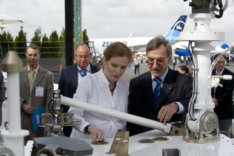 Au Salon du Bourget devant le pavillon du CNES, Nathalie Kosciusko-Morizet, Secrétaire d'Etat à l'économie numérique et Yannick d'Escatha, Président du CNES devant la maquette des BTS