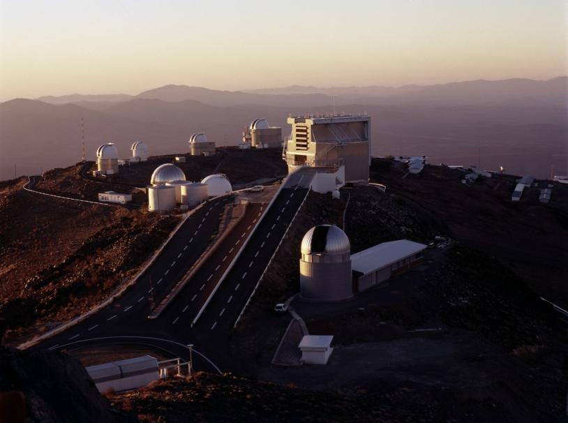 Observatoire de La Silla (Chili) au moment de la mise en route, en soirée © ESO