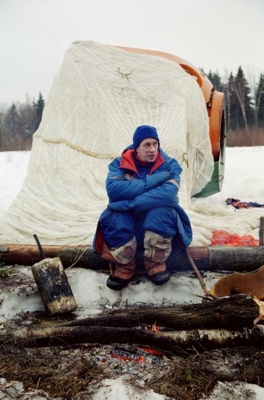 L'astronaute européen Franck De Winne durant son entrainement de survie hivernal dans la forêt russe (mars 2002) © Star City/ESA