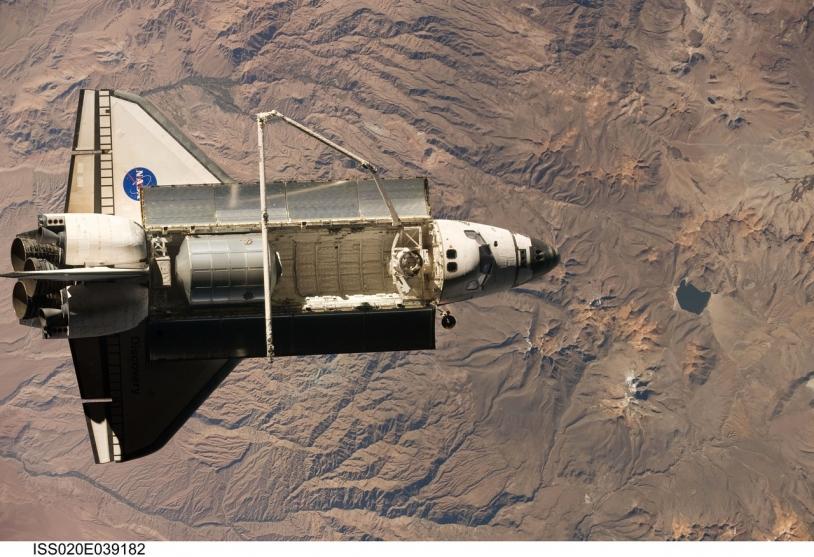 La navette spatiale Discovery pendant la mission STS-128 © NASA