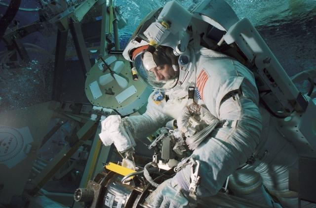 L'astronaute Philippe Perrin lors d'une simulation en piscine d'une sortie extra-véhiculaire (Johnson Space Center, Houston). Revêtu de son scaphandre, il répète à l'entraînement les gestes qu'il devra effectuer au cours de la mission STS 11...