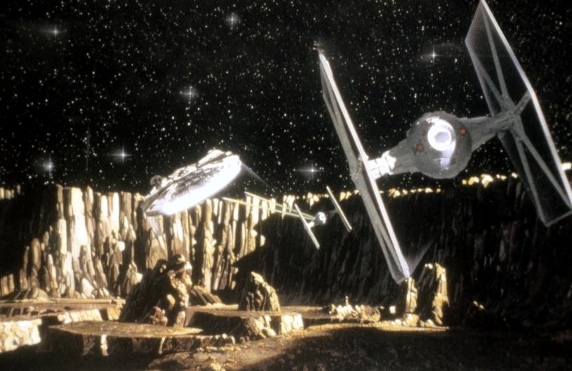 Le Faucon Millenium (au second plan) est le vaisseau de Han Solo dans le film Star Wars (La Guerre des étoiles) réalisé par Georges Lucas en 1977 ©Collection Christophel