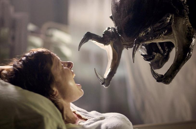 : Un insecte face à un humain dans le film Aliens Vs Predator Requiem réalisé en 2007 par Colin Starusse © Rue des Archives/BCA